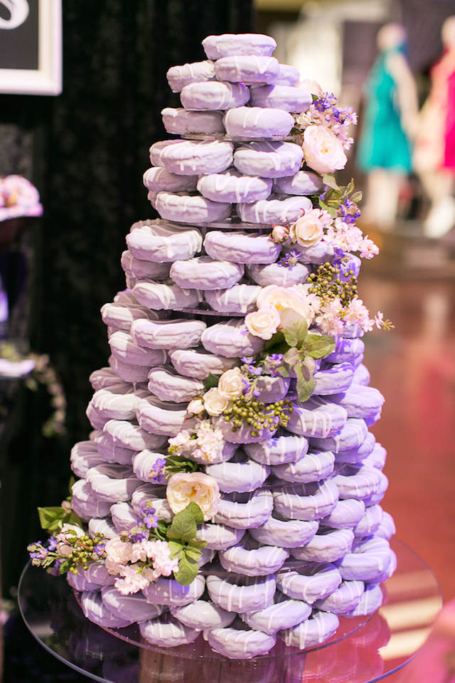alternativa pasteles de boda variante con donuts lila