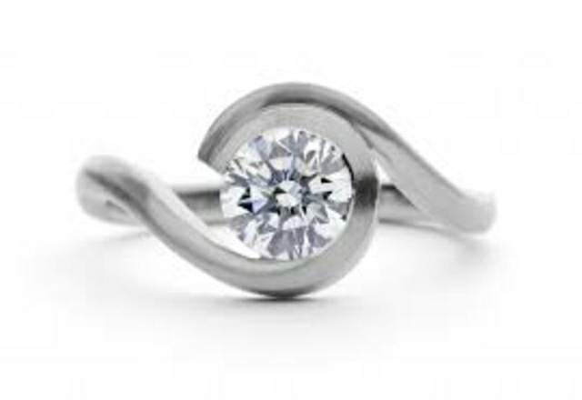 anillo de diamante bonito y elegante