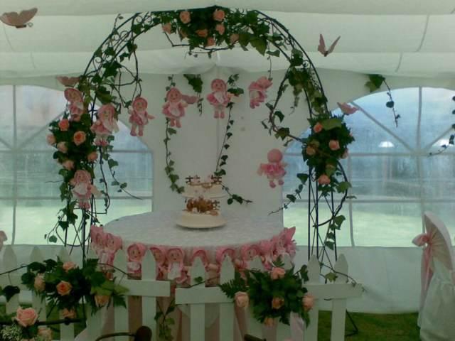 arco de flores decoración en color verde y rosa