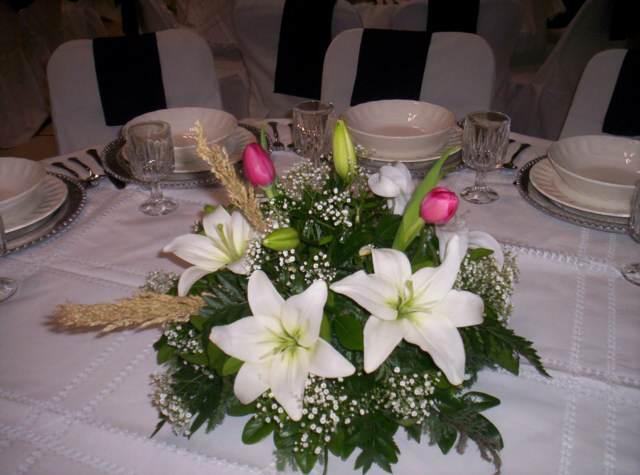 unos arreglos de mesa flores