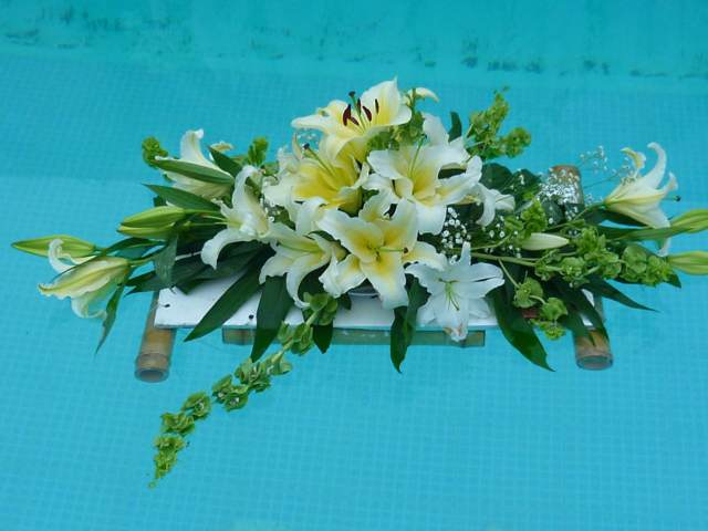 arreglos florales lirios una decoración piscina