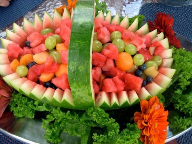 arreglo de frutas sandía llena de otras frutas