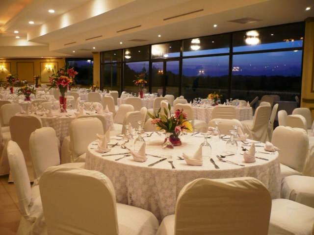 banquete decoración blanca y elegante
