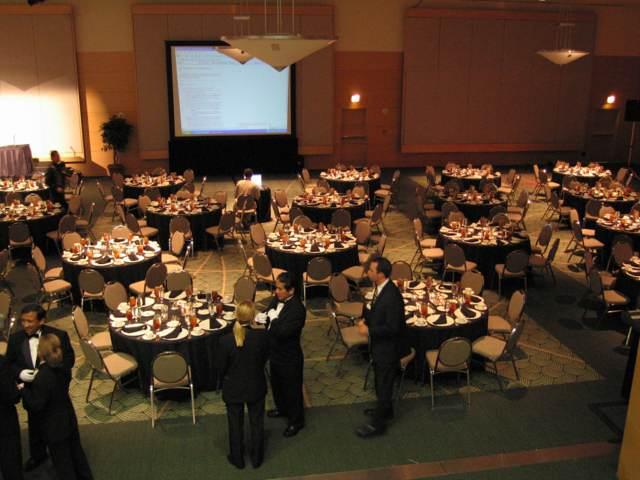 banquetes elegantes unas mesas redondas