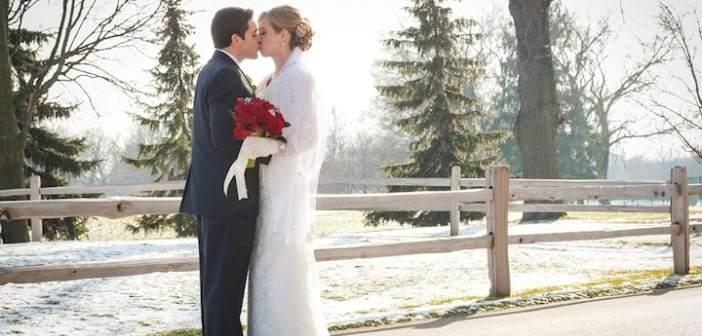 beso-apasionado-en-boda-de-invierno