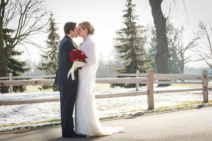 beso apasionado en boda de invierno