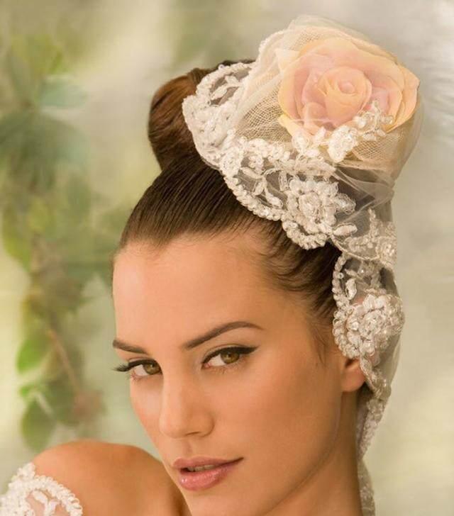 boda estilo vintage peinado decorado con flor encaje retro