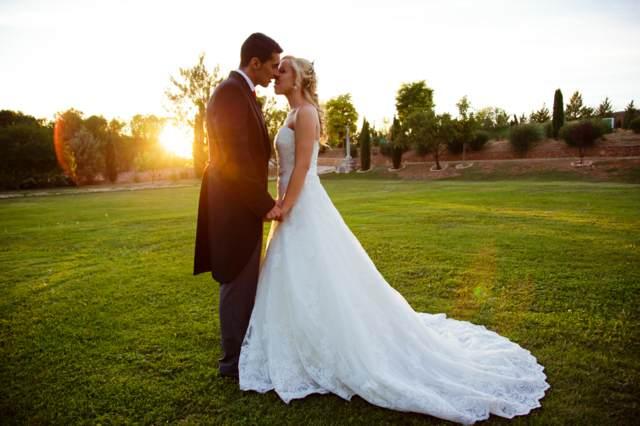 boda novios puesta del sol un vestido magnífico