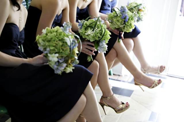 bodas oganización las damas de honor con ramos de flores