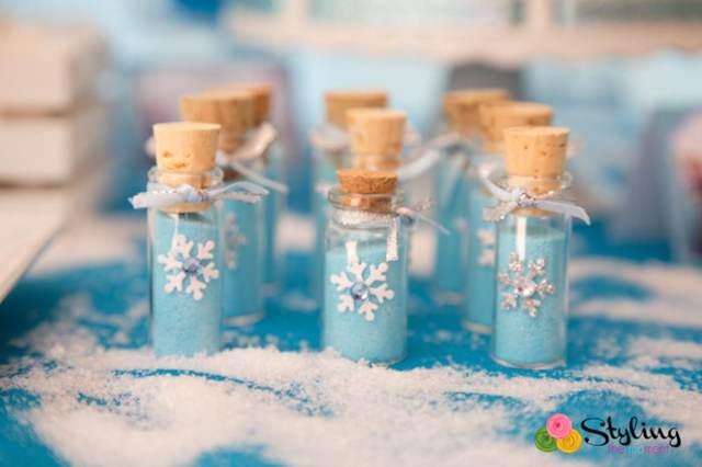 botellas pequeñas en color azul y  blanco con copos de nieve