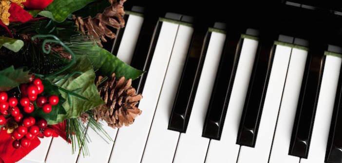 canciones-de-Navidad-piano-decorado-cono-de-pino