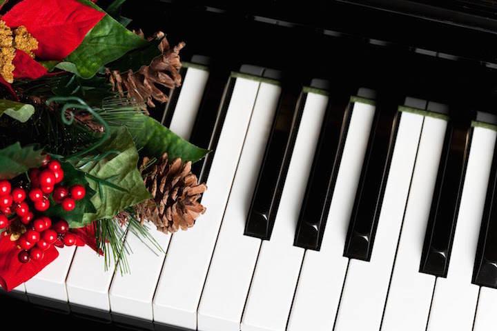 canciones de Navidad piano decoración cono de pino