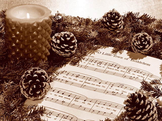 canciones de Navidad cono de pino vela hoja de música