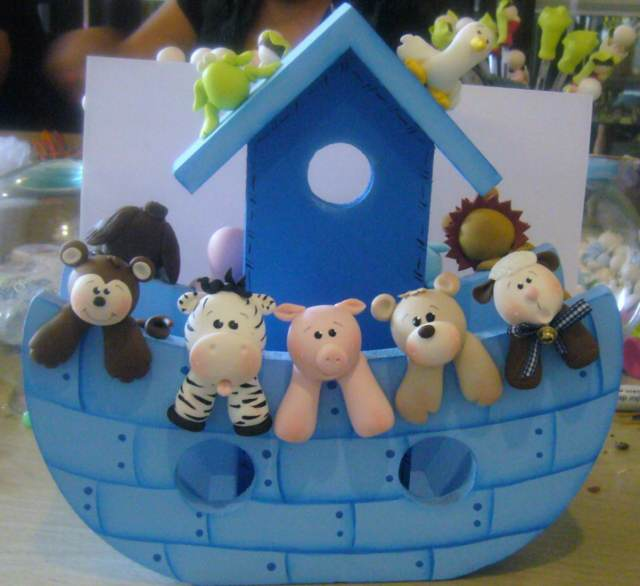 un centro de mesa bautizo arca de noe color azul
