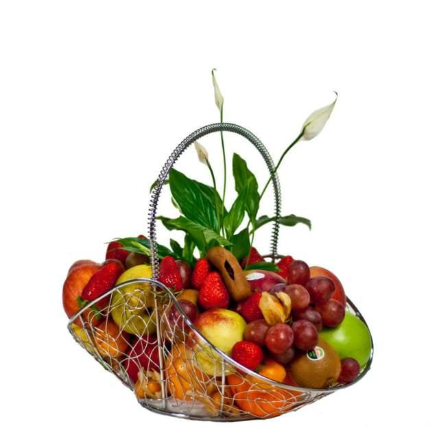 una cesta de frutas con flores