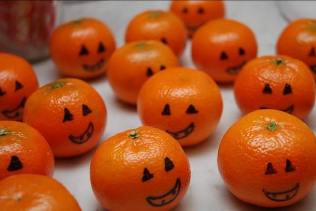 clementinas decoradas como calabazas