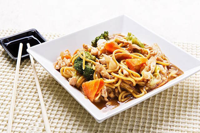 comida japonesa famosa yakisoba fideos asados