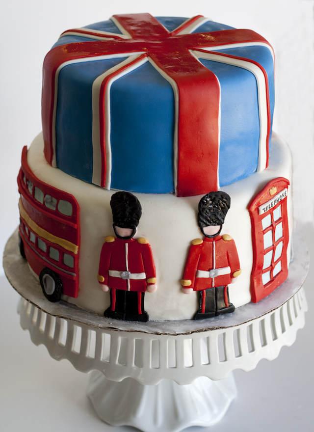 cumpleaños infantiles pastel decorado guardia reina caja teléfono roja