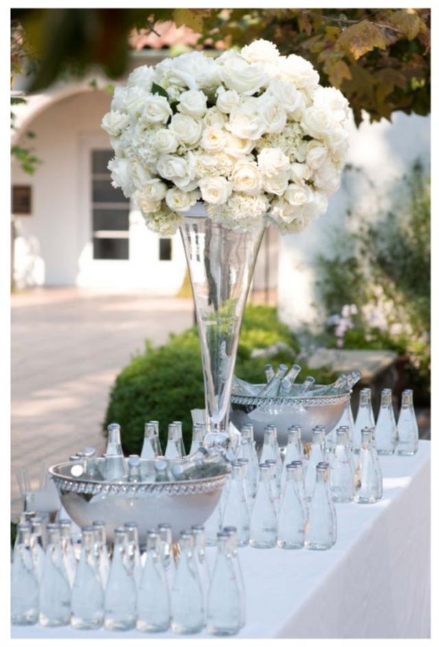 decoración un centro de mesas alto con unas flores blancas
