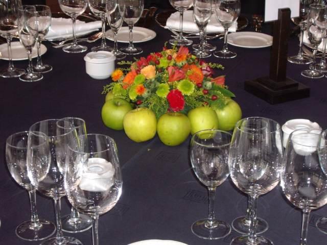 decoracin con centros de mesa combinacin manzanas y flores