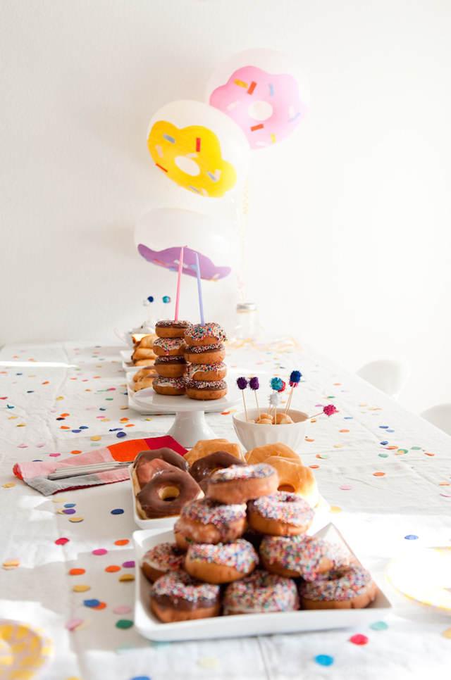 decoración con globos forma de donuts para catering