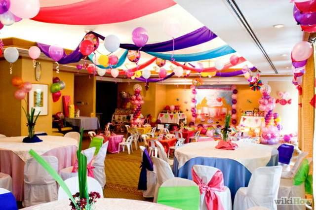 decoración con globos de helio de diferentes colores