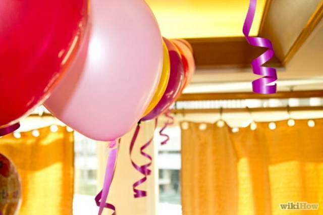 decoración con globos de helio de color rojo y rosa