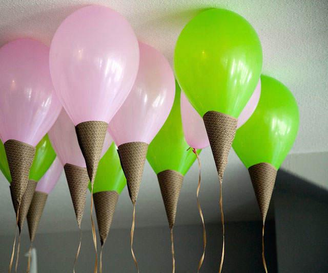 decoración con globos en forma de helados roza verde