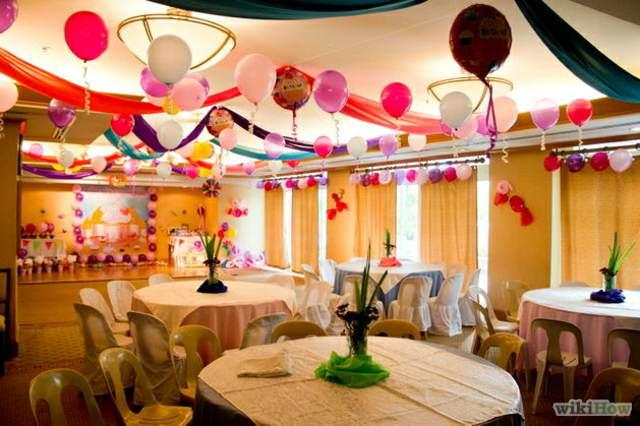 decoración con globos de colores rosa lila y blanco
