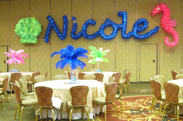 decoración con globos nombres hechos de globos abigarrados