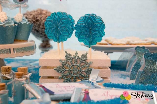 decoración de copos de nieve pequeñas botellas y piruletas azules