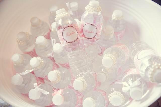 decoración de bautizo botellas de agua con decoración rosa