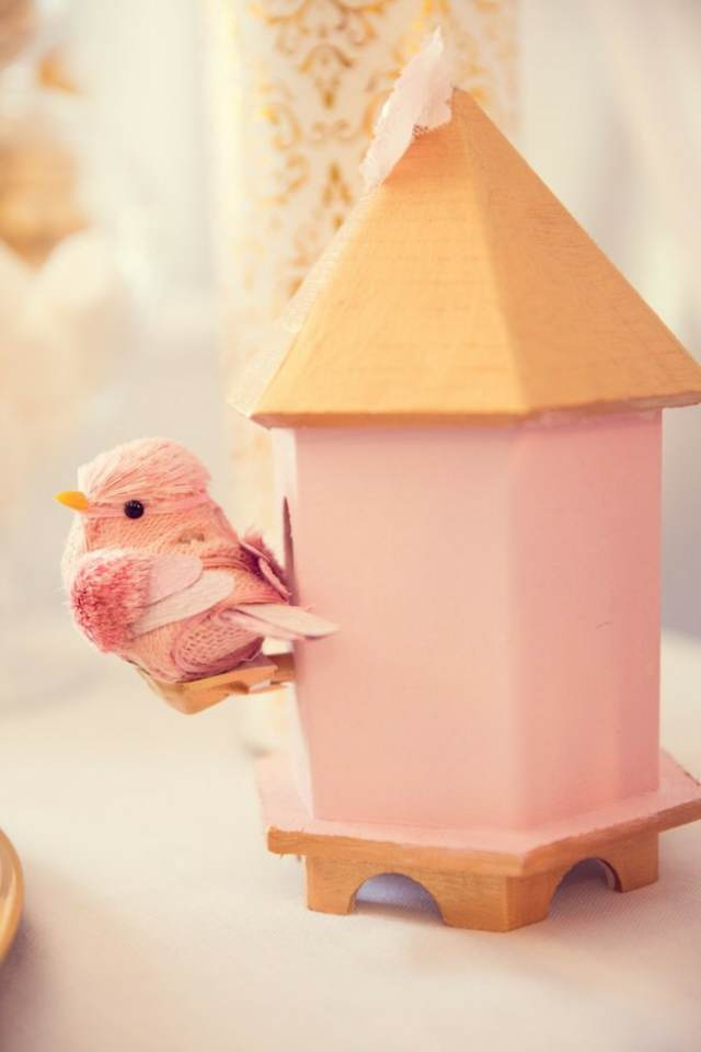 decoración de bautizo una casa de pájaro de oro