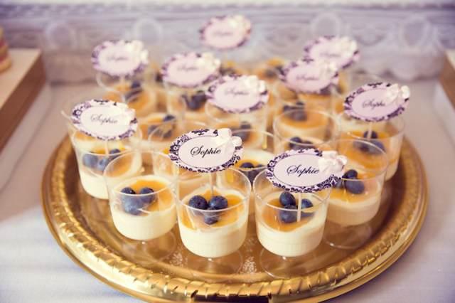 decoración de bautizo crema de vanilla con miel arándanos