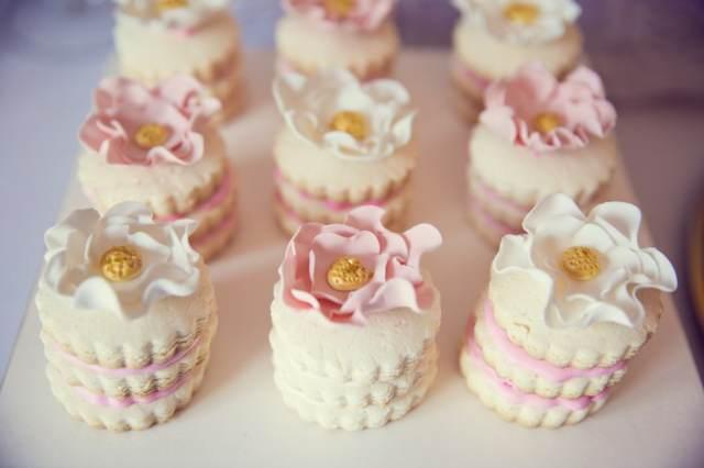 decoración de bautizo dulces decorados en color rosa beige blanco