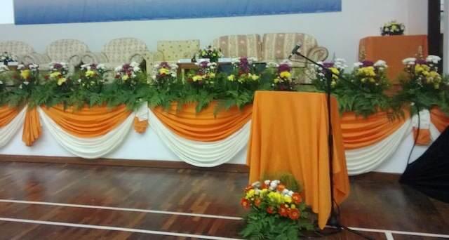 decoración elegante color naranja verde para conferencia