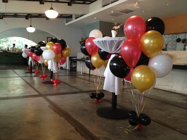 decoración elegante con globos con helio evento