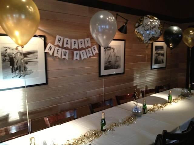 decoración elegante con globos para celebración año nuevo