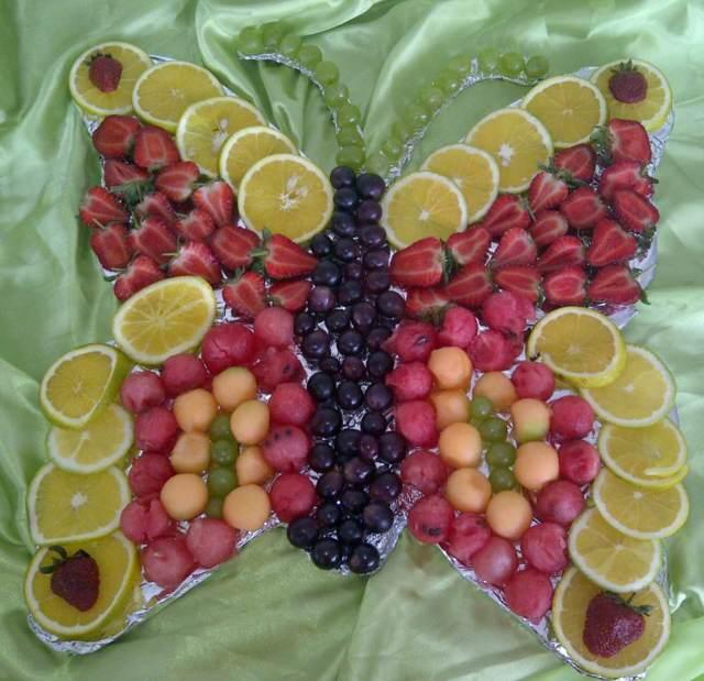 decoración frutas forma de mariposa uvas y fresas