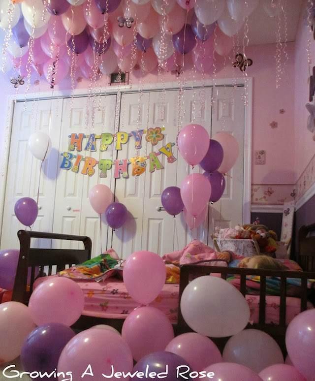 decoración habitación llena de globos color roza lila