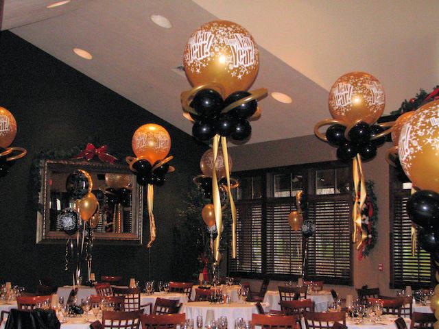 decoración para el año nuevo colores oro negro rojo blanco
