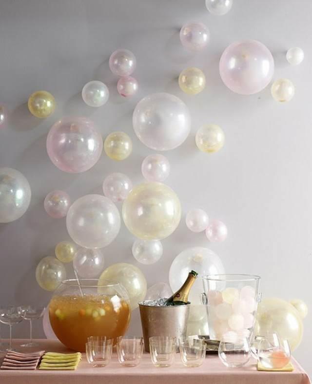 decoración pared con globos diferentes tamaños colores