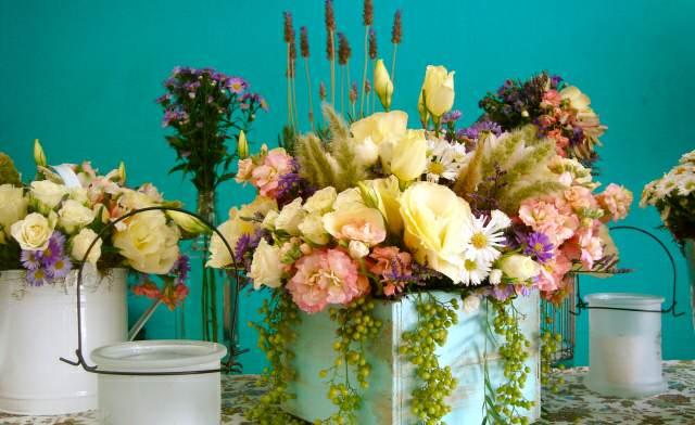 decoración con ramos de flores colores y flores preciosos