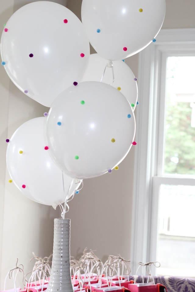 decoración tierna blanco con globos con mini pomponеs