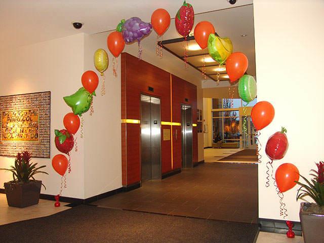 decoraciones con globos arco en forma de frutas y verduras