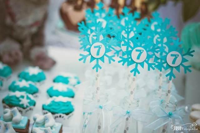 dulces y copos de nieve en color blanco y azul