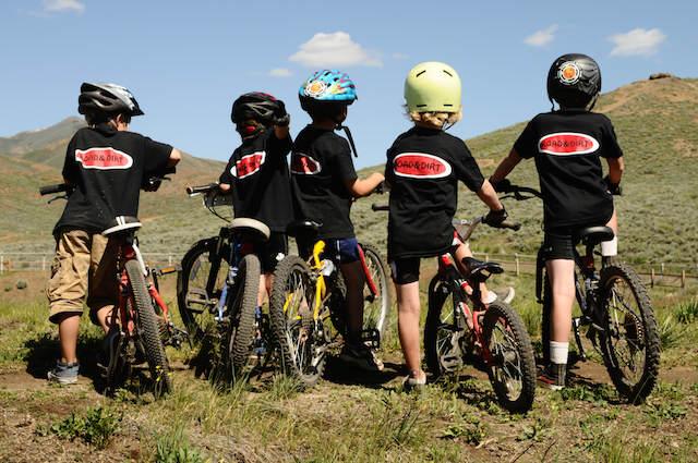 equipo camisetas iguales juego niños bicicletas fotografías