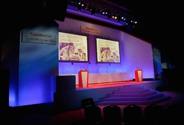 escena seminario decoración innovadora iluminación lila azul