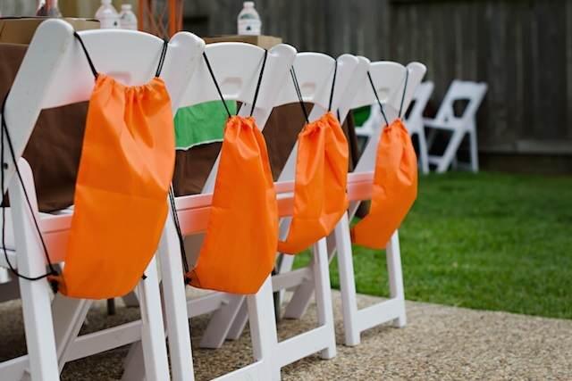 estilo campo fiesta infantil sillas decoración mochilas color naranja