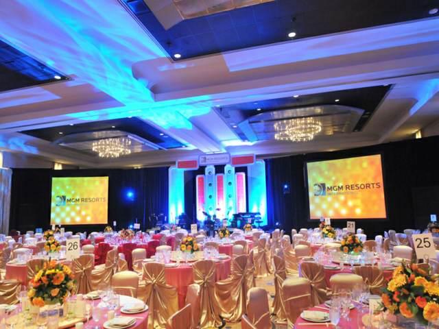evento empresa sala de evento decoración unas pantallas